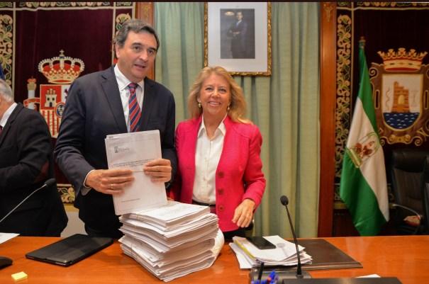 El concejal de Hacienda, Félix Romero, junto a la alcaldesa de Marbella, Ángeles Muñoz, muestran el Presupuesto 2020 poco antes del Pleno de este jueves. FOTO/ MC