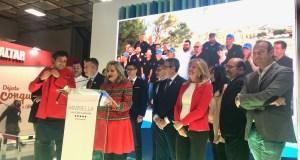 La alcaldesa de Marbella, Ángeles Muñoz (drcha) junto al presidente de la Diputación, Francisco Salado, y una representación de los cocineros que han participado en esta primera jornada del stand de Fitur, con María Asenjo (Marbella All Stars) en el atril. FOTO CABANILLAS