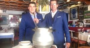 El gerente y copropietario del restaurante La Barca, Fermín Lozano, cucharón en mano, junto a su sobrino y jefe de sala, Fermín Carrasco Lozano, durante el encuentro con Marbella Confidencial para presentar los nuevos platos de cuchara. FOTO/ CABANILLAS