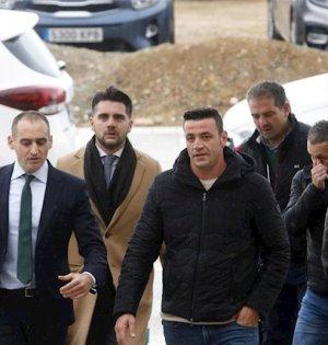 El condenado David Serrano junto a su abogados de Lawbird, en primer término Antonio Flores, en la Ciudad de la Justicia de Málaga este martes. FOTO/ Alex Zea -Europa Press