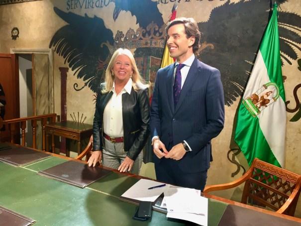 La alcaldesa de Marbella, Ángeles Muñoz, junto al diputado del PP por Málaga Pablo Montesinos, este jueves en el Ayuntamiento. FOTO/ CABANILLAS