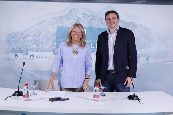 La alcaldesa de Marbella, Ángeles Muñoz, junto al portavoz del PP, Félix Romero, este lunes en rueda de prensa. FOTO/ Ayto de Marbella