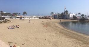 Personas en la playa de El Faro de Marbella, en su mayoría extranjeras, con la bandera roja al fondo y ajenas al cierre de playas el pasado 14 de marzo. FOTO/ CABANILLAS