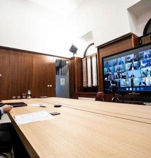 El presidente de la Junta, Juanma Moreno, durante la videoconferencia de presidentes autonómicos con el presidente del Gobierno, Pedro Sánchez, este domingo. FOTO/ JUNTA