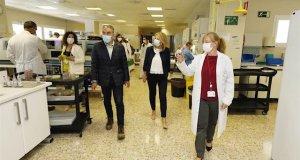 El consejero de Presidencia de la Junta, Elías Bendodo, junto a la alcaldesa de Marbella, Ángeles Muñoz, este jueves durante su visita al Hospital Costa del Sol de Marbella. FOTO/ Ayto de Marbella