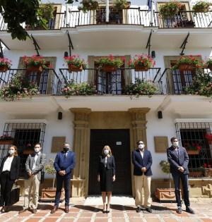 La alcaldesa de Marbella (centro), ha presidido el minuto de silencio este miércoles junto a representantes del PP, PSOE y Cs, no así OSP, además del alcalde de Ojén, Jose Antonio Gómez. FOTO/ Ayto