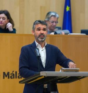 El portavoz del PSOE en la Diputación de Málaga, Pepe Bernal, en imagen de archivo. Detrás (primera izqda) Margarita del Cid. FOTO/ PSOE