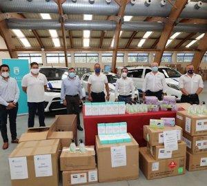 Imagen del la entrega del material a los taxistas este jueves. FOTO/ Ayto de Marbella