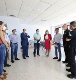 La alcaldesa de Marbella, Ángeles Muñoz, junto a representantes de Policía Local, autoescuelas y Ayuntamiento este martes en la Jefatura. FOTO/ Ayto