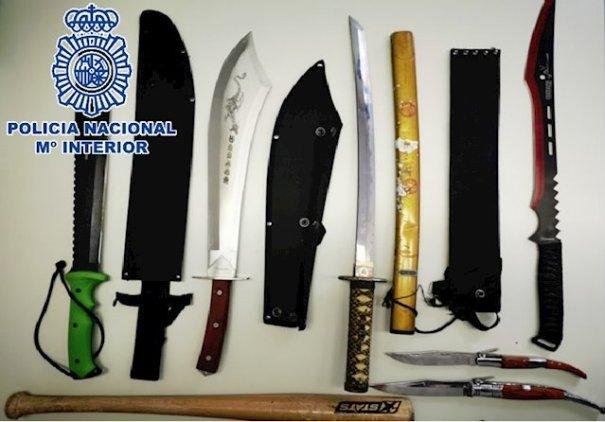 Imagen de las armas blancas y el bate de béisbol que se incautaron a los detenidos. FOTO/ CNP