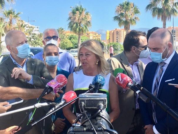 La alcaldesa de Marbella, Ángeles Muñoz, atiende a los periodistas el pasado jueves. FOTO/ CABANILLAS
