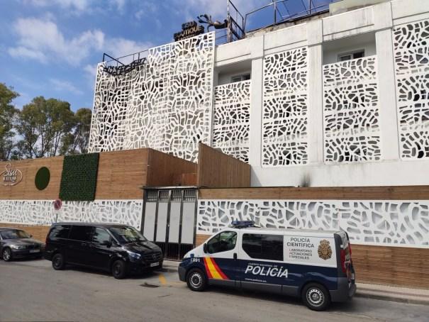 Imagen de la furgoneta de la Policía Científica este lunes a las puertas del hotel Sisu de Marbella. FOTO/ JAVIER MARTÍN