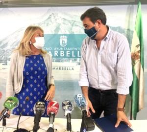 La alcaldesa de Marbella, Ángeles Muñoz, junto al delegado de Hacienda, Félix Romero, este miércoles en rueda de prensa. FOTO/ CABANILLAS