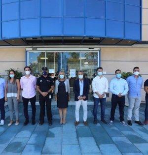 Los nuevos agentes junto a la alcaldesa de Marbella y el concejal delegado de Seguridad este miércoles. FOTO/ Ayto de Marbella