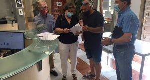 Representantes sindicales de Comisiones y UGT este lunes en el Ayuntamiento de Marbella. FOTO/ EP