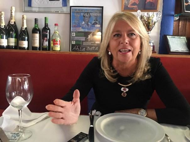 La alcaldesa de Marbella, Ángeles Muñoz, durante el almuerzo-entrevista con Marbella Confidencial. FOTO/ CABANILLAS