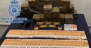 Imagen de la droga intervenida y otros efectos facilitada por la Policía Nacional