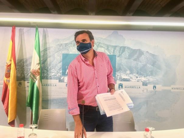 El portavoz del gobierno de Marbella y delegado de Hacienda, Félix Romero, este lunes en rueda de prensa. FOTO/ CABANILLAS