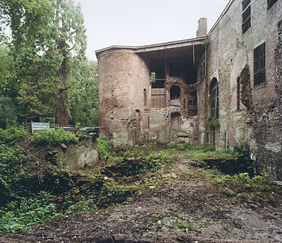Ruïne van kasteel Nederhemert met tijdelijke noodkap in 1966 boven de ingestorte traptoren