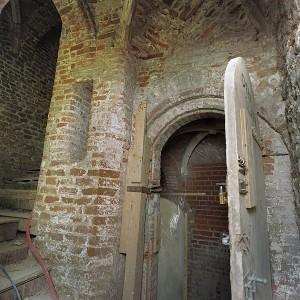 Een gang te zien tijdens de restauratie in het kasteel Nederhemert.