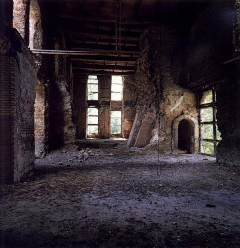 De zaal op de begane grond tijdens de restauratie met rechts de ingang naar de toren.