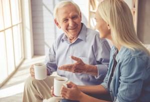 Vrouw en oude man praten