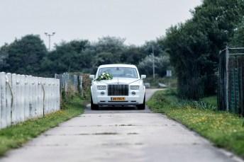 Illustratie: Aankomst van de trouw auto bij het ouderlijk huis van de bruid.