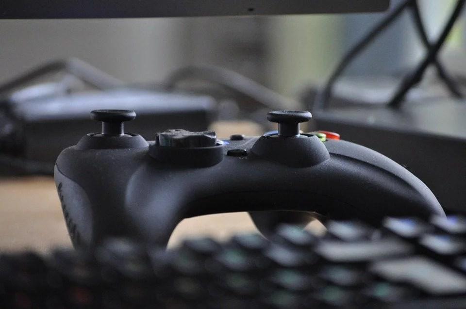 Controle de videogame em uma mesa