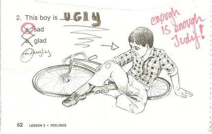 Este menino está (sic) FEIO. a. triste. b. feliz. c. feio.
