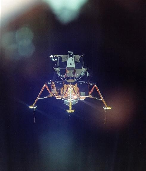 Foto de Michael Collins del módulo lunar descendiendo