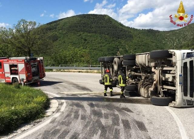 Camion ribaltato ad Arcevia