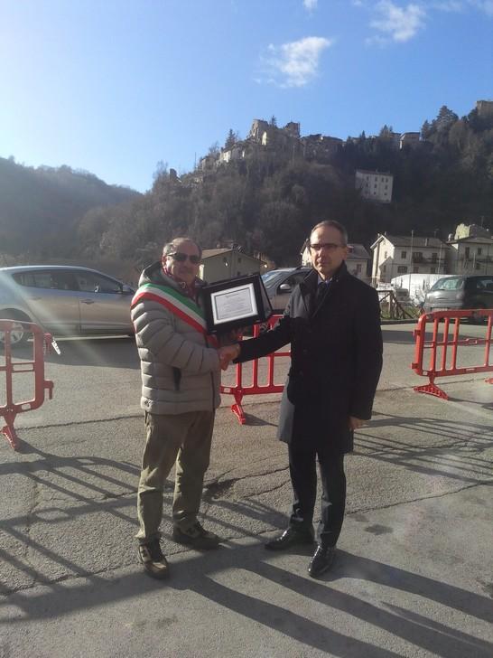 il Sindaco di Arquata del Tronto Aleandro Petrucci (a sinistra)  riceve la targa ricordo dal  Direttore Retail di Nuova Banca Marche , Giordano Fulvi