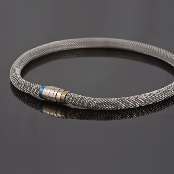 Collier 'Milanetic', 10 mm grijs, met blauw en geel titanium en geel- en roodgoud