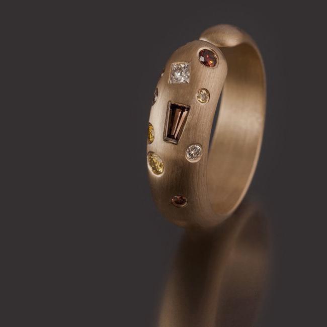 Kindness Fancy, geelgouden ring met divers geslepen en gekleurde diamanten