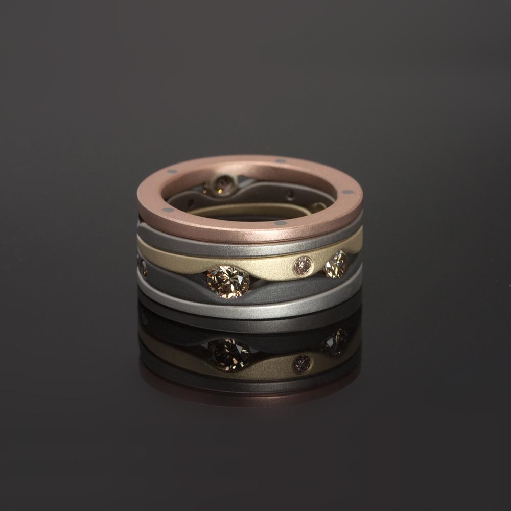 ´Ozephius´ ring, rondom bezet met in totaal 1 caraat bruine diamanten