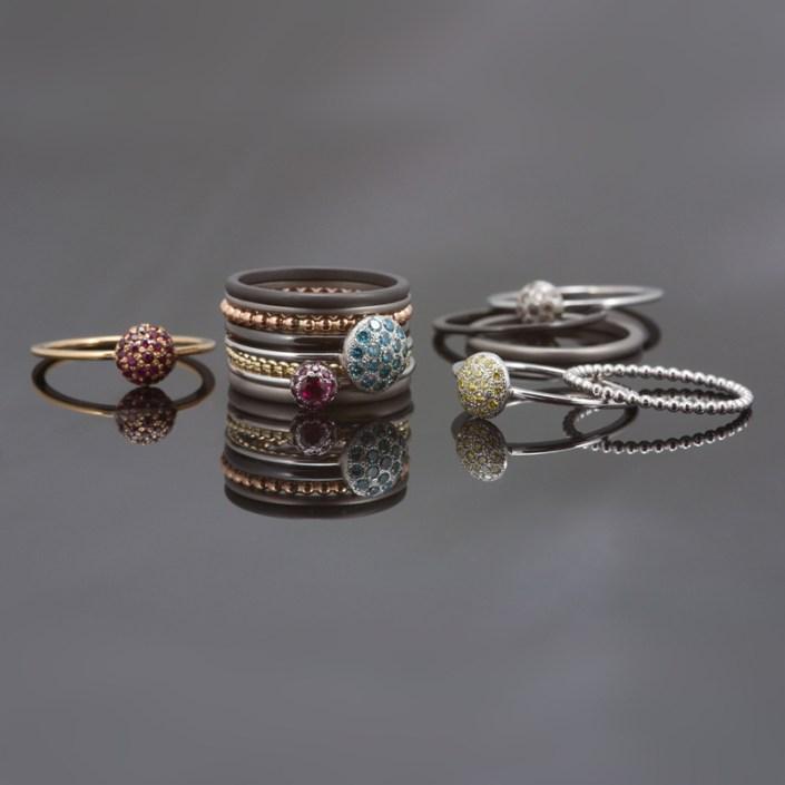Geïnspireerd door de beeldschone bloemenprints van deze zomer komt sieradenontwerper Marc Lange met een eigentijdse versie van de populaire combinatiering. De combinatiering anno nu is subtiel. Dat uit zich in romantische bloemen, zachte kleuren en verschillende metalen. En vooral in de combinatie daarvan. Het uitgangspunt is heel eenvoudig: losse zilveren of gouden bolletjesringen kunnen naar hartenlust gecombineerd worden met gladde ringen in grijs titanium of zwart zirkonium. Tussen deze ringen passen de ringen met een bloem van edelstenen. Zo kan iedereen zijn favoriete set samenstellen en aanpassen aan stemming en stijl. Door de verschillende mogelijkheden in breedtes en materiaalkeuze ontstaat telkens weer een nieuw design.De combinatiering is naar smaak en budget te creëren: alle ringen zijn los te koop. Er is al een zilveren ring vanaf €40,=. Natuurlijk zijn de losse ringen ook dé ideale accessoires om een bestaande creatie een extraatje te geven.