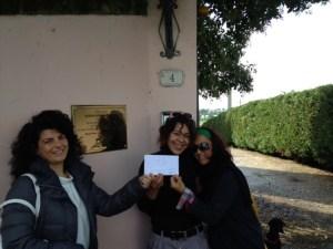 La consegna della donazione, di fronte alla targa che ricorda Alessandra Loffredi.