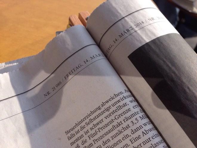 Warum produziert man keine Tageszeitungen, deren Innenseiten auch in einem Klemmholz vollständig lesbar sind?