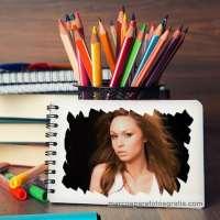 Marco de fotos con libreta y lápices de colores