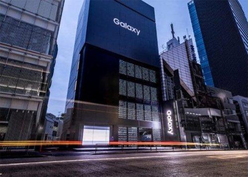 Samsung abre una tienda con 1.000 móviles en su fachada