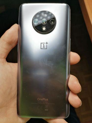 OnePlus 7T con sensor de huellas en pantalla -trasera