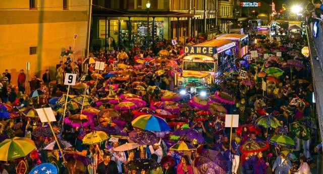 Carnaval Mardi Gras por las calles de Nueva Orlèans, al sur de los EE.UU.