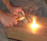 مشعل نار من المغنسيوم (في اليد اليسرى), يستعمل مع مطواة وحجر صوان flint لعمل الشرارة التي ستشعل البرو.