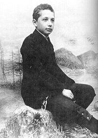 ألبرت أينشتاين عام 1893 (عمر 14)، اُخذت قبل انتقال الأسرة إلى إيطاليا