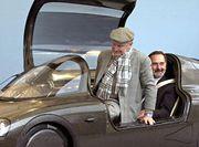 سيارة تجريبية من فولكس واجن من المغنسيوم عام 2002، يقودها رئيس مجلس الإدارة السابق للشركة فرديناند پيش ، وكان جالساً في المقعد الخلفي خليفته برند بيشيتسريدر.