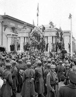 الجنود يحيطون بمبني البرلمان في طهران يوم 19 أغسطس 1953.