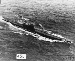 لغواصات الألمانية المسماة القوارب يو بوت. أغرقت آلاف السفن التجارية أثناء الحرب العالمية الثانية (1939- 1945م) والغواصة التي تظهر في الصورة أسرتها الولايات المتحدة خلال الحرب.