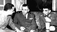 صورة تجمع من اليمين محمد نجيب و أديب الشيشكلي و جمال عبد الناصر أثناء زيارة الشيشكلي لمصر