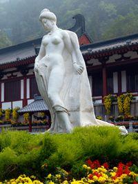تمثال يانگ گويْ-فـِيْ تستحم في حمامات