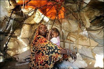 إمرأةوطفلتها في خيمتهم بمخيم سكالي للاجئين، نيالا، دارفور، السودان، فبراير 2007.
